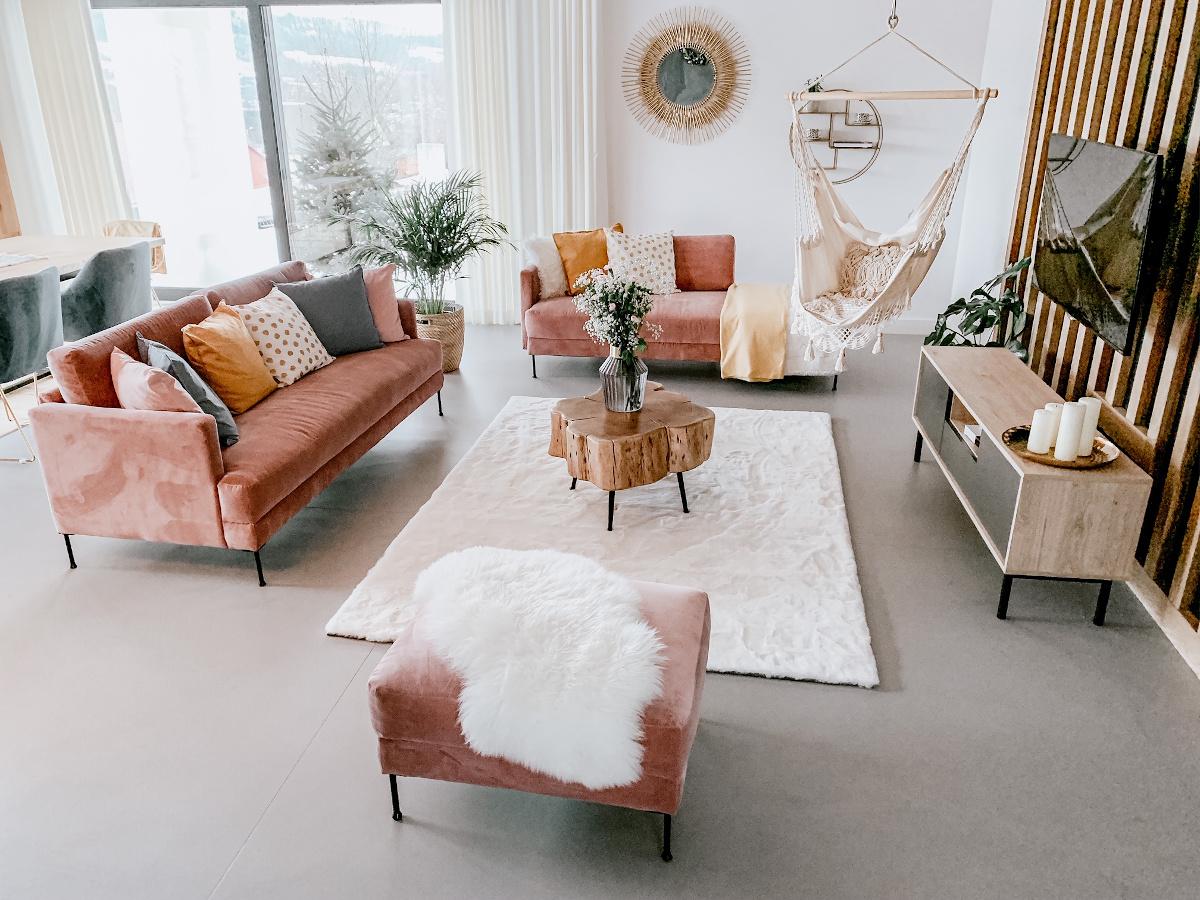 Pastelowo różowe sofy w salonie | źródło: @nasza.nowoczesna.stodola