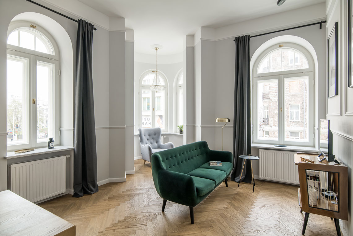 Otwarte wnętrze i duże okna sprawiają, że wnętrze pomimo małego metrażu, wygląda na przestronne (proj. Eg Projekt, zdj. Piotr Czaja)