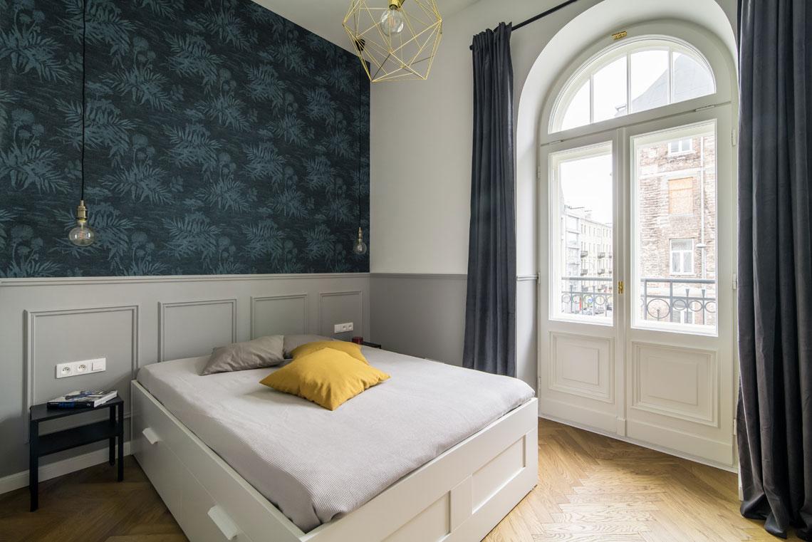 Pięknie zaaranżowana ściana za łóżkiem z wykorzystaniem tapety marki Eijffinger (proj. Eg Projekt, zdj. Piotr Czaja)