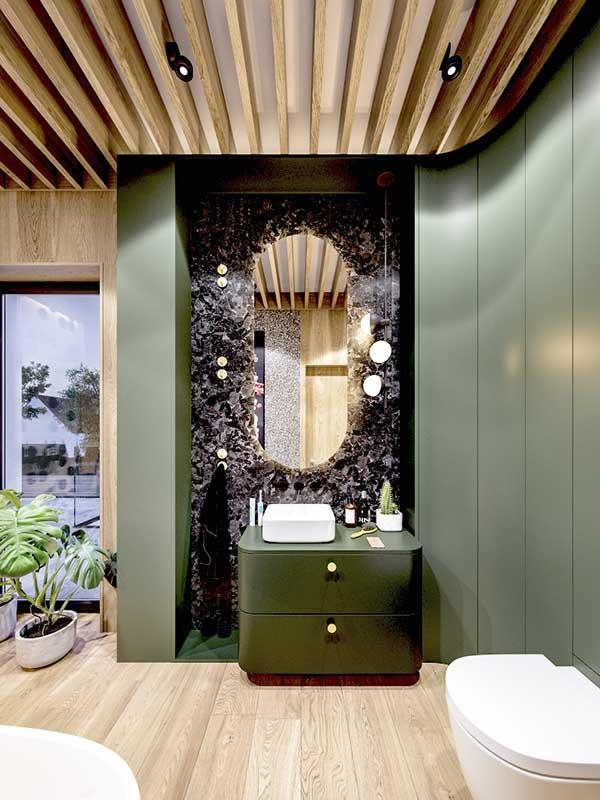 Postawienie akcentu na sufit i zabudowa meblowa w zgaszonej zieleni | Projekt: Zarysy – Jan Sekuła