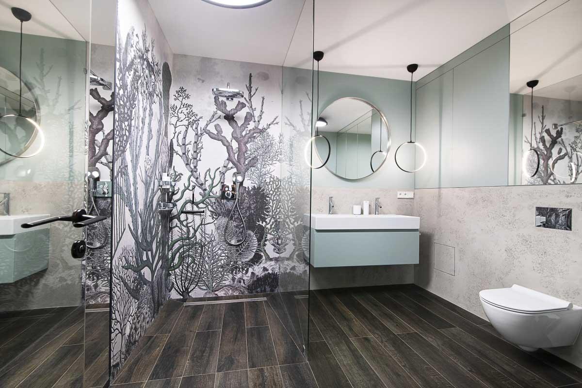 Miętowa łazienka z wodoodporną tapetą od Wall & Deco w projekcie łazienki (proj. Na Antresoli, fot. Agata Piątkowska