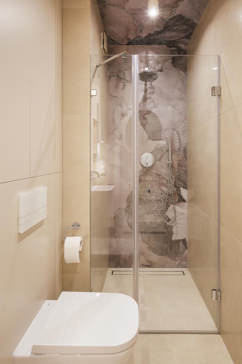 Strefa prysznicowa z tapetą Wall & Deco w roli głównej | proj. Finchstudio, zdj. Kroniki Studio