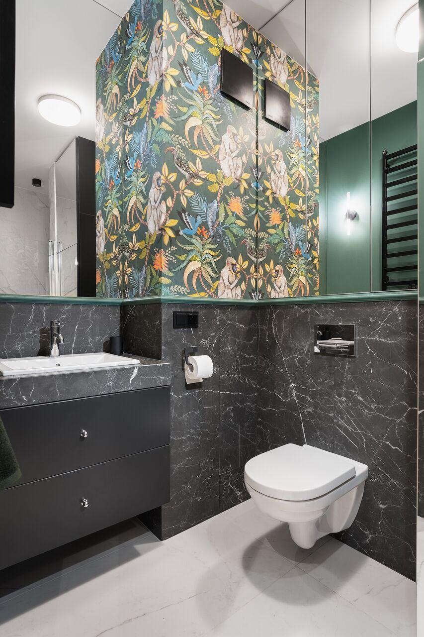Strefa wc z tropikalną tapetą od Cole & Son | proj. WZ Studio, fot. Artur Jarosz/trzykropy