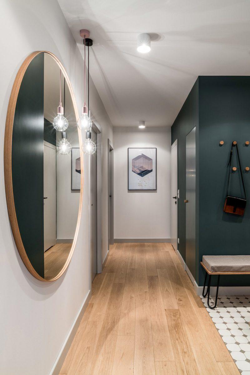 Duże lustro optycznie powiększy i rozjaśni przestrzeń