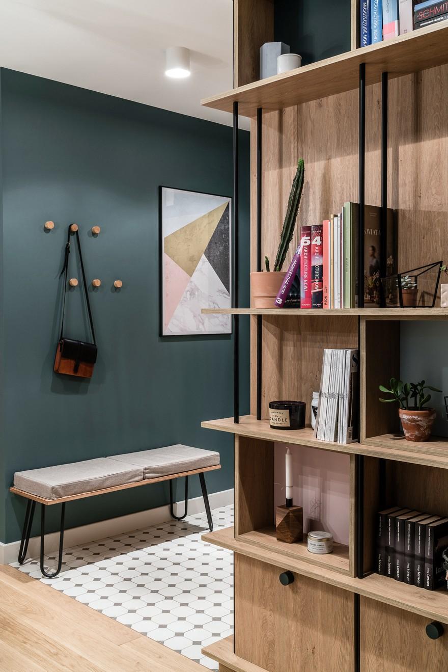 Nasycone jednolite ściany idealnie harmonizują z wzorzystą podłogą