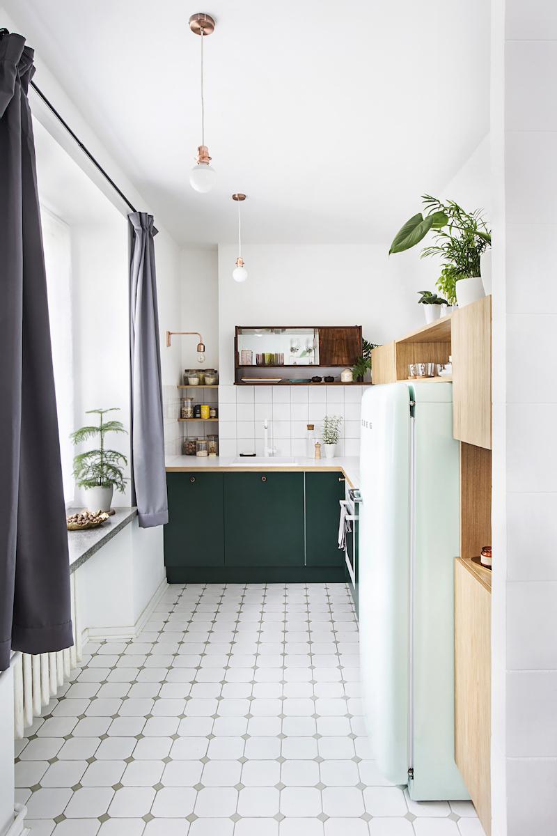 Zestawienie butelkowej zieleni i mięty w aranżacji kuchni | proj. Schudy Studio