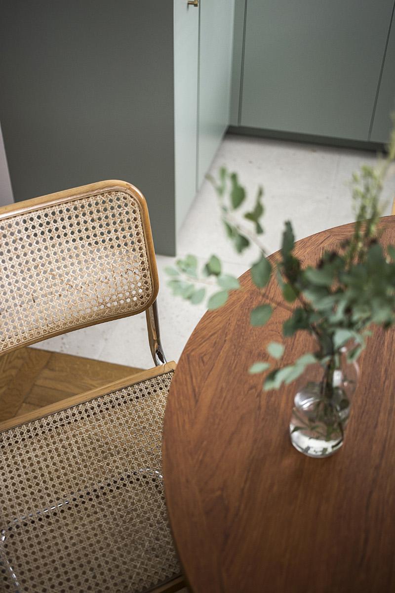Rattnowe krzesła w bahausowskim klimacie dopełniają aranż jadalni | proj. Schudy Studio