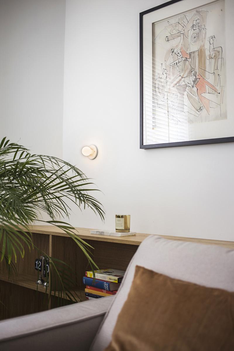 Komoda wykonana na wymiar stanowi dodatkowe miejsce do przechowywania w niewielkim mieszkaniu | proj. Schudy Studio