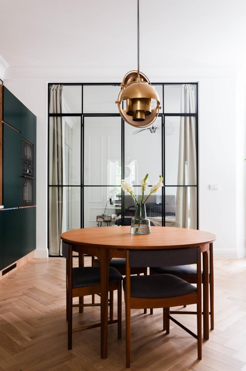 Kuchnia z przeszkloną sypialnią | proj. Studio Projektowe 4room (architekt wnętrz Lisa Bachurina)