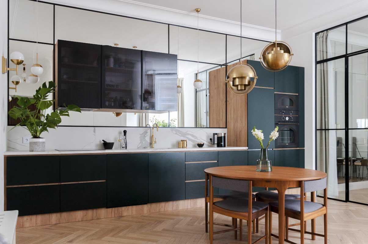 Zielona kuchnia ze ścianą z luster | proj. Studio Projektowe 4room (architekt wnętrz Lisa Bachurina)