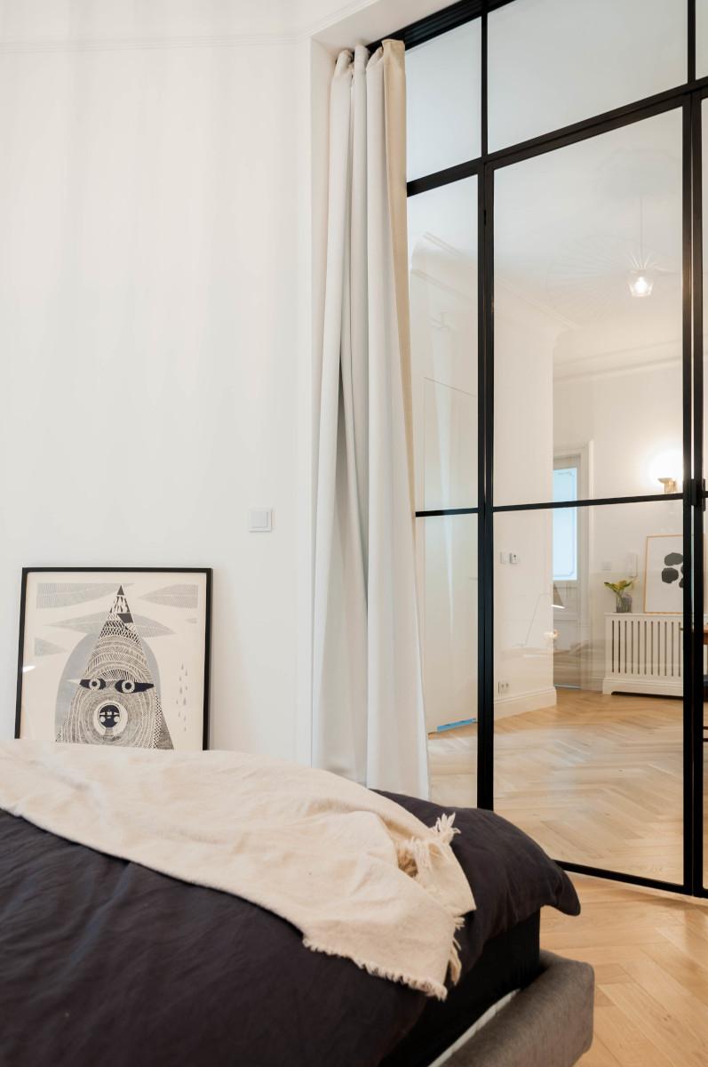 Przeszklenie w sypialni | proj. Studio Projektowe 4room (architekt wnętrz Lisa Bachurina)