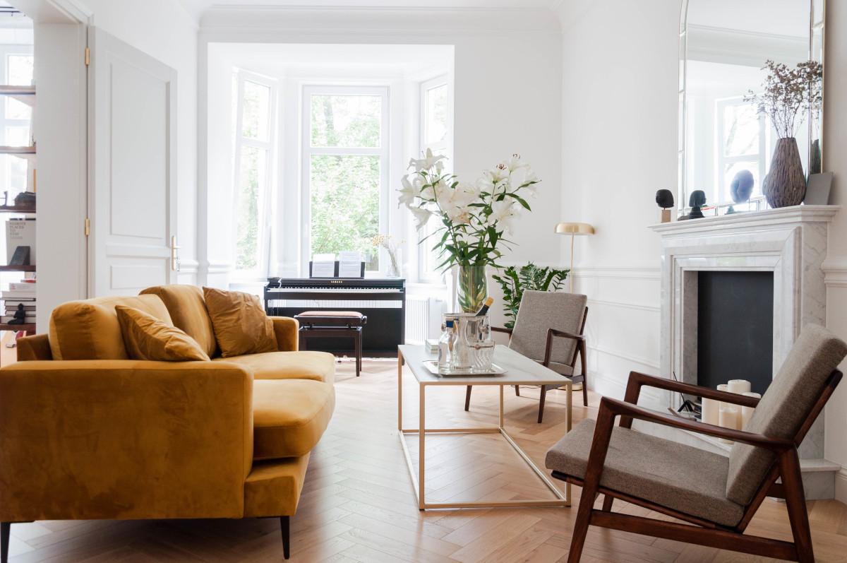 Salon z musztardową sofą | proj. Studio Projektowe 4room (architekt wnętrz Lisa Bachurina)