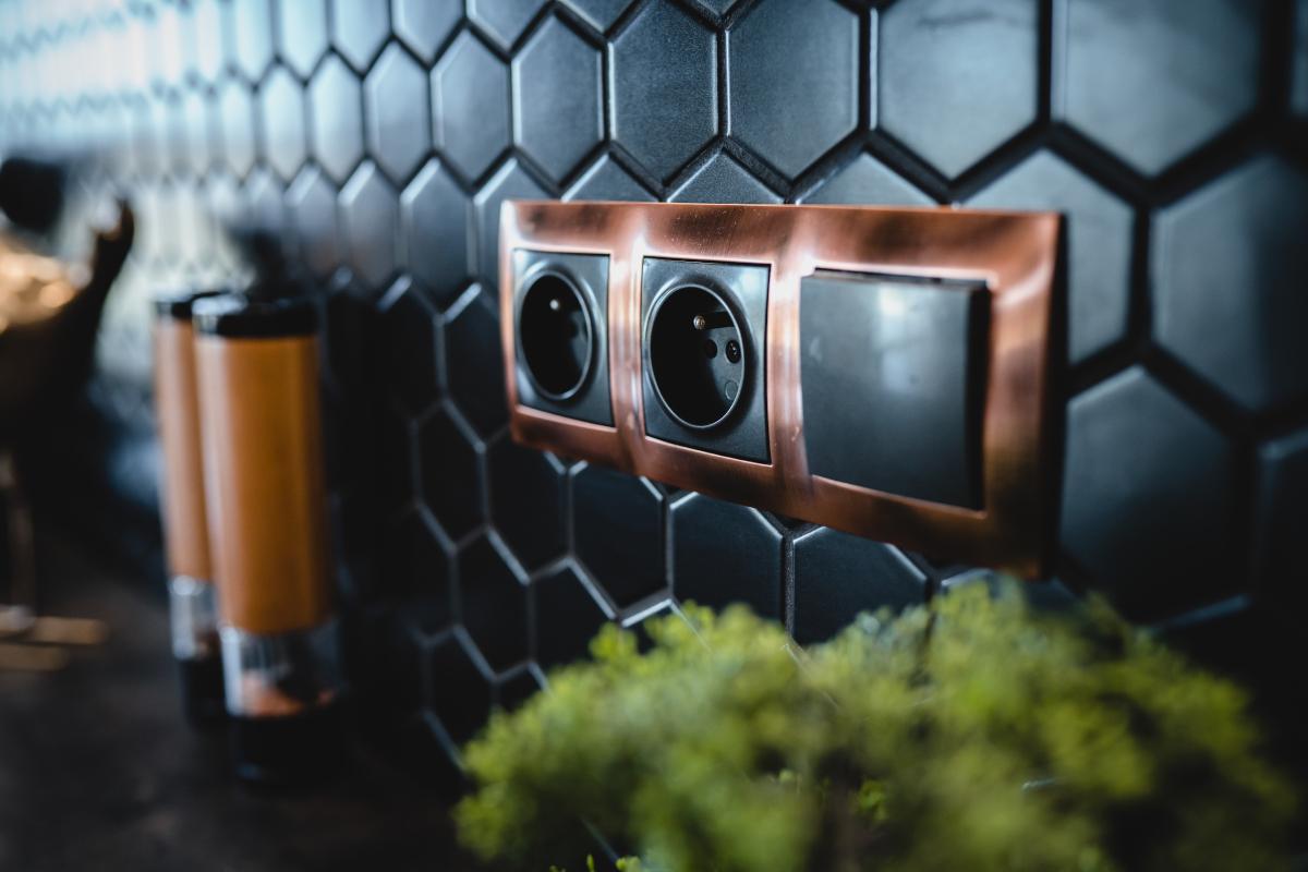 Czarna mozaika na ścianie nad blatem w kuchni | projekt: arch. Marlena Kłos, fot.: Barbara Rompska