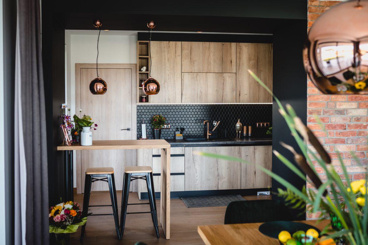 Drewno, czerń i miedź w aranżacji wnętrza 130 - metrowego domu | projekt: arch. Marlena Kłos, fot.: Barbara Rompska
