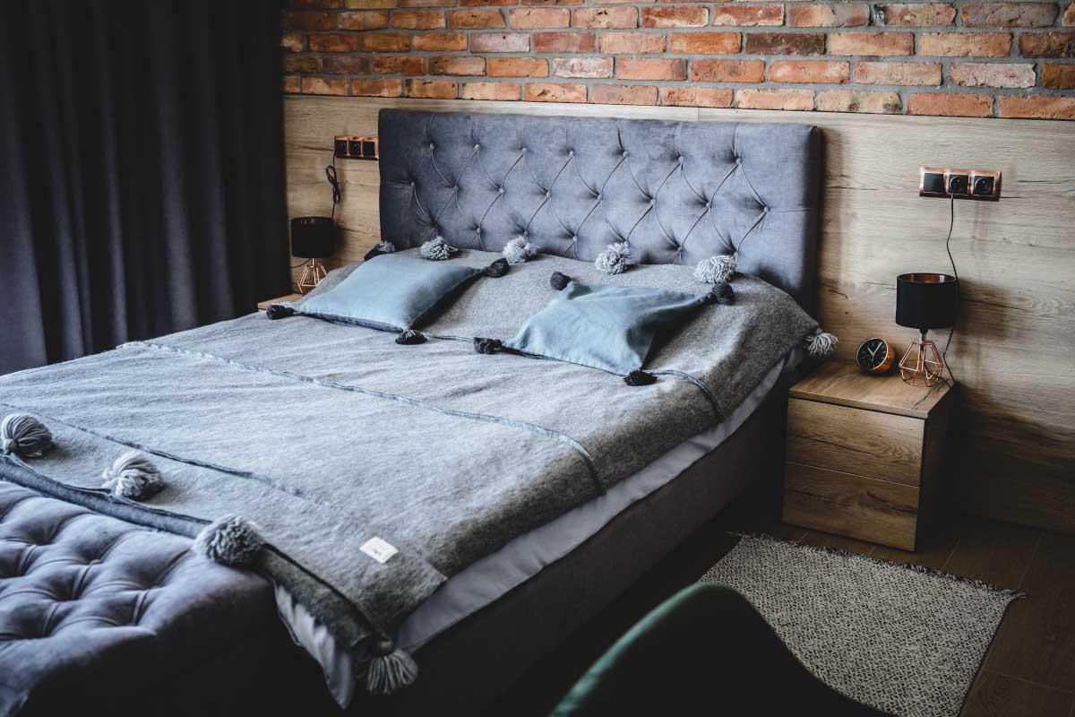 Przytula sypialnia w industrialnym stylu | proj.: Marlena Kłos, fot.: Barbara Rompska