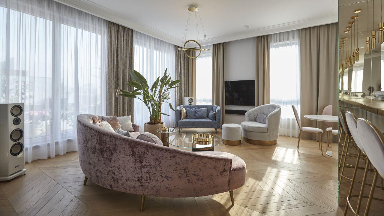 Beże doskonale korespondują ze złotem nadającym wnętrzu jeszcze bardziej eleganckiego charakteru (proj.: NOKE Architects,zdj.: Piotr Maciaszek)