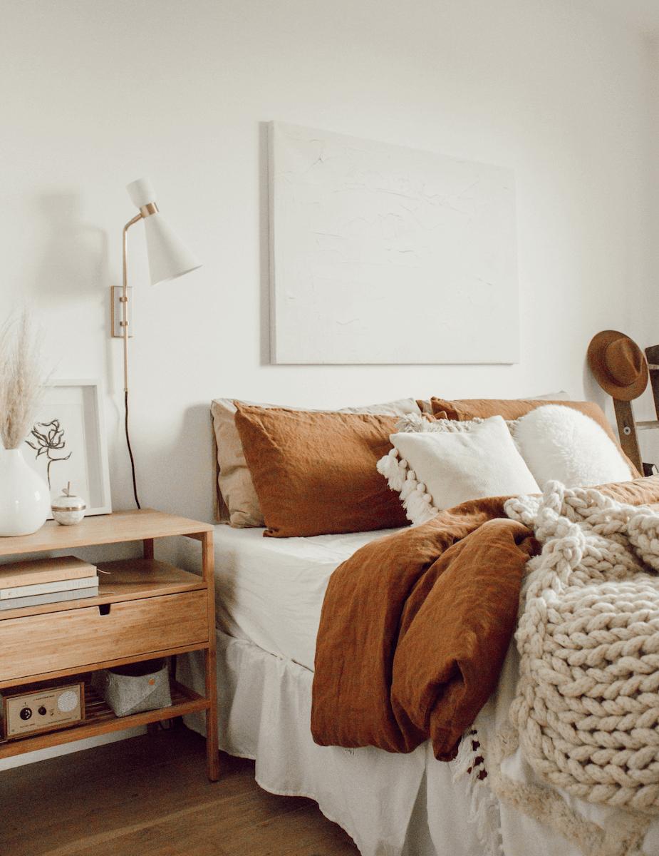 Przytulna sypialnia w minimalistycznym stylu