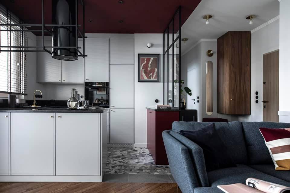 Wyjątkowe mieszkanie z sufitem w kolorze marsala   Proj:  Sobkowiak Architektura