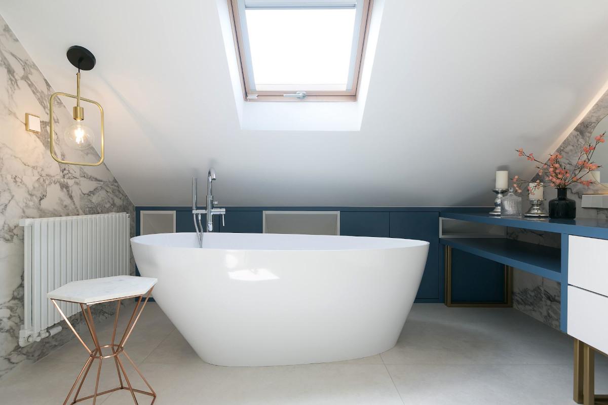 łazienka na poddaszu z wanną wolnostojącą