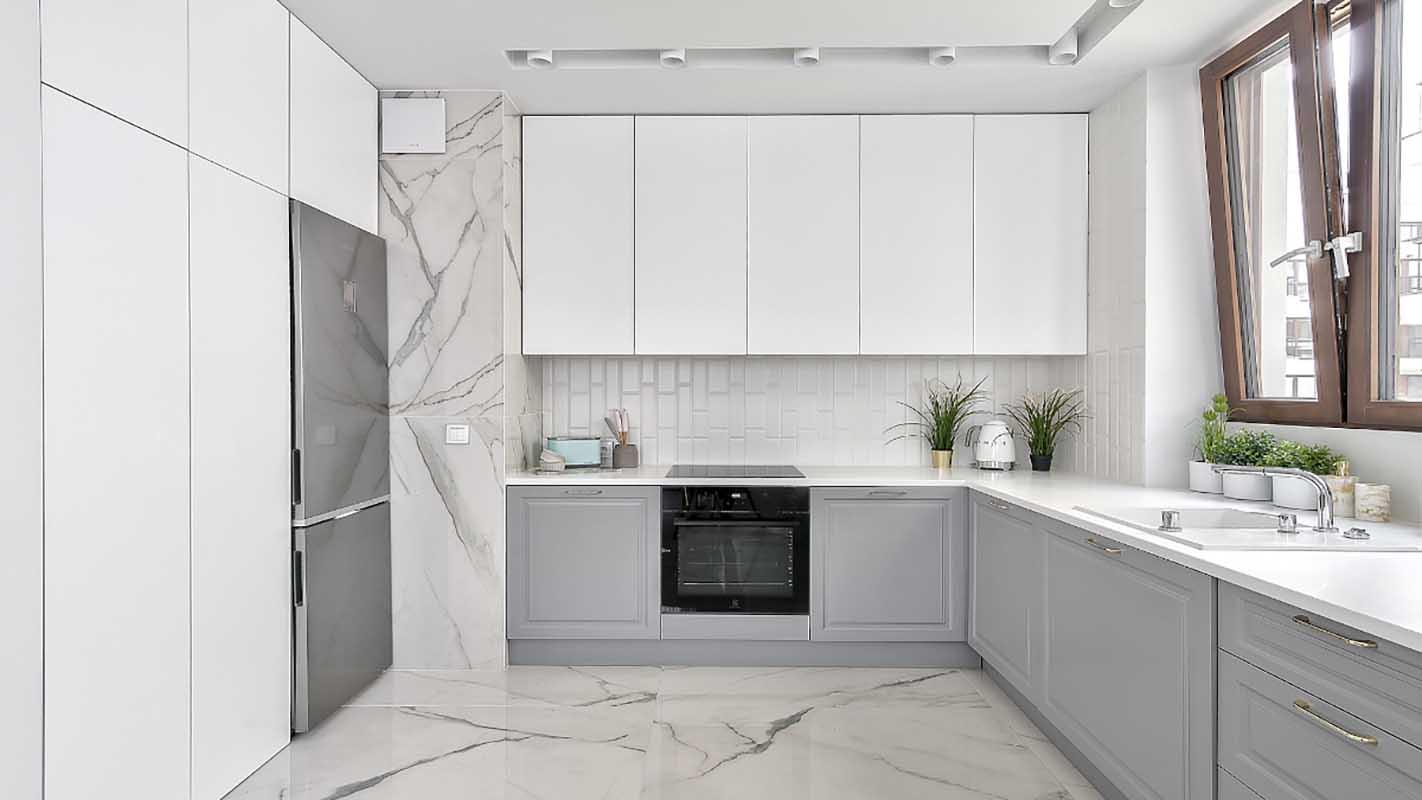 Biało - szara kuchnia z marmurem | proj. Marika Kafar Autorska Pracownia Architektury Wnętrz