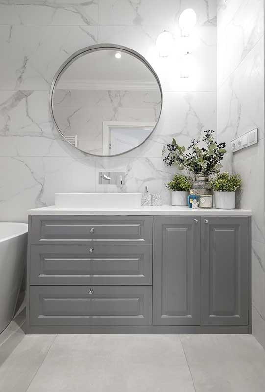 Szara łazienka z ciekawą zabudową stolarską | proj. Marika Kafar Autorska Pracownia Architektury Wnętrz
