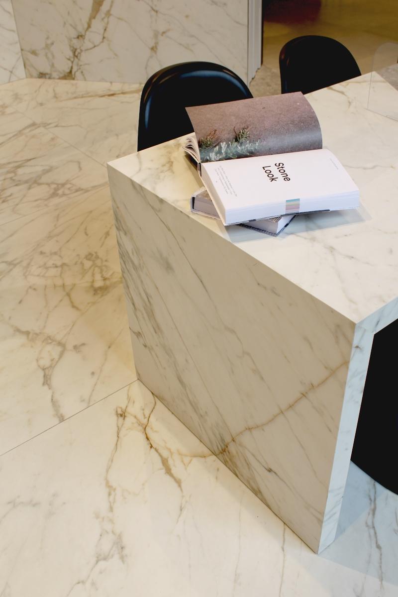 Stół wykonany ze spieków kwarcowych – możesz go obejrzeć na Duchnickiej 3 w Warszawie.