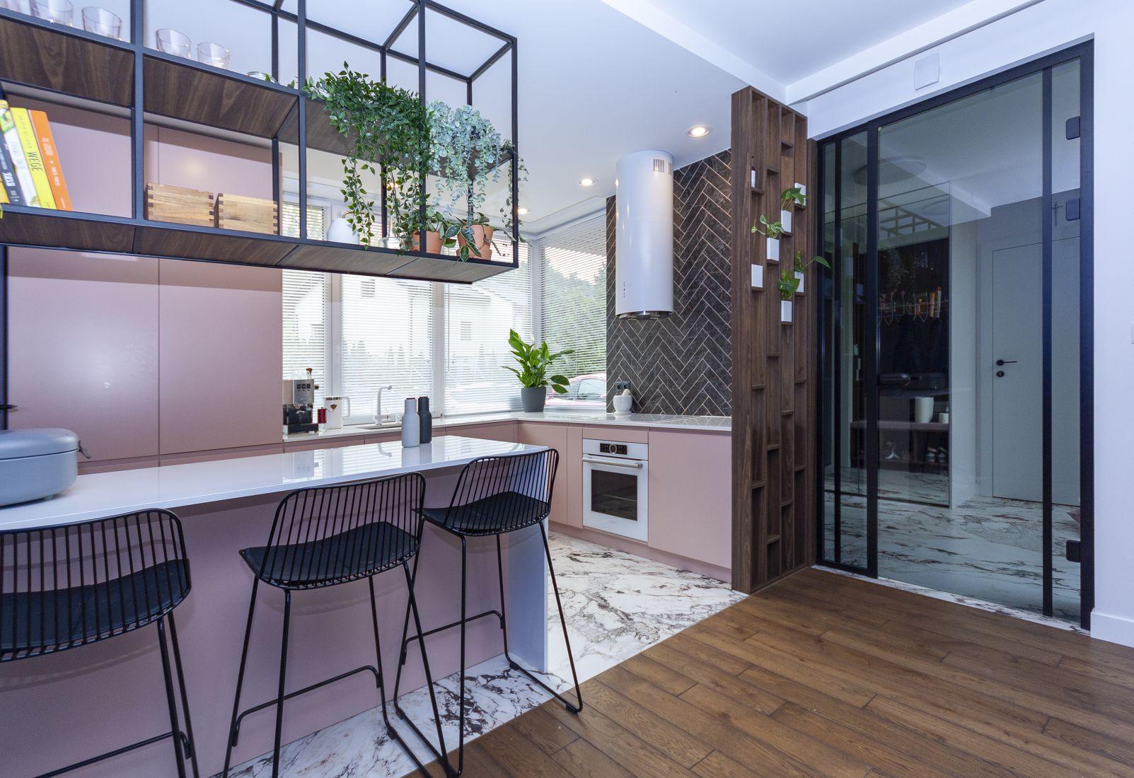 160 metrowy dom jednorodzinny w pudrowym różu z domieszką błękitów | Proj: Orange Studio