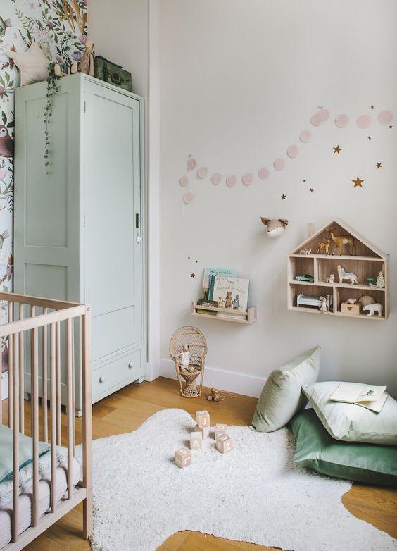 Najlepszym wyborem do pokoju dziecięcego w leśnym stylu są drewniane deski podłogowe lub panele winylowe