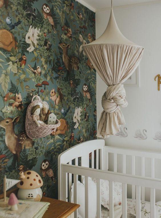 Pokój dziecka z leśną tapetą
