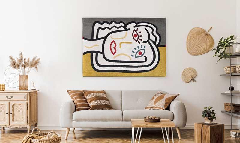 Abstrakcyjny dywan na ścianie w salonie
