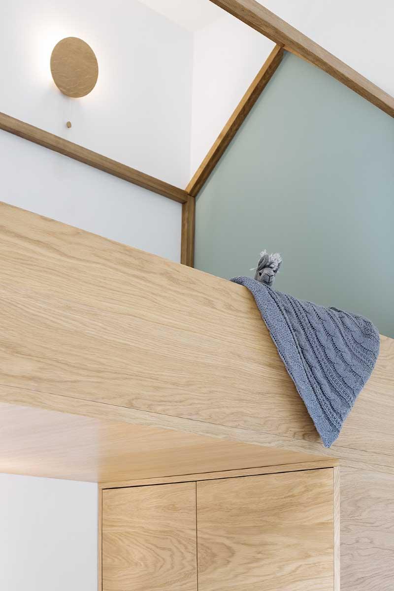 Łóżko domek w pokoju w stylu leśnym