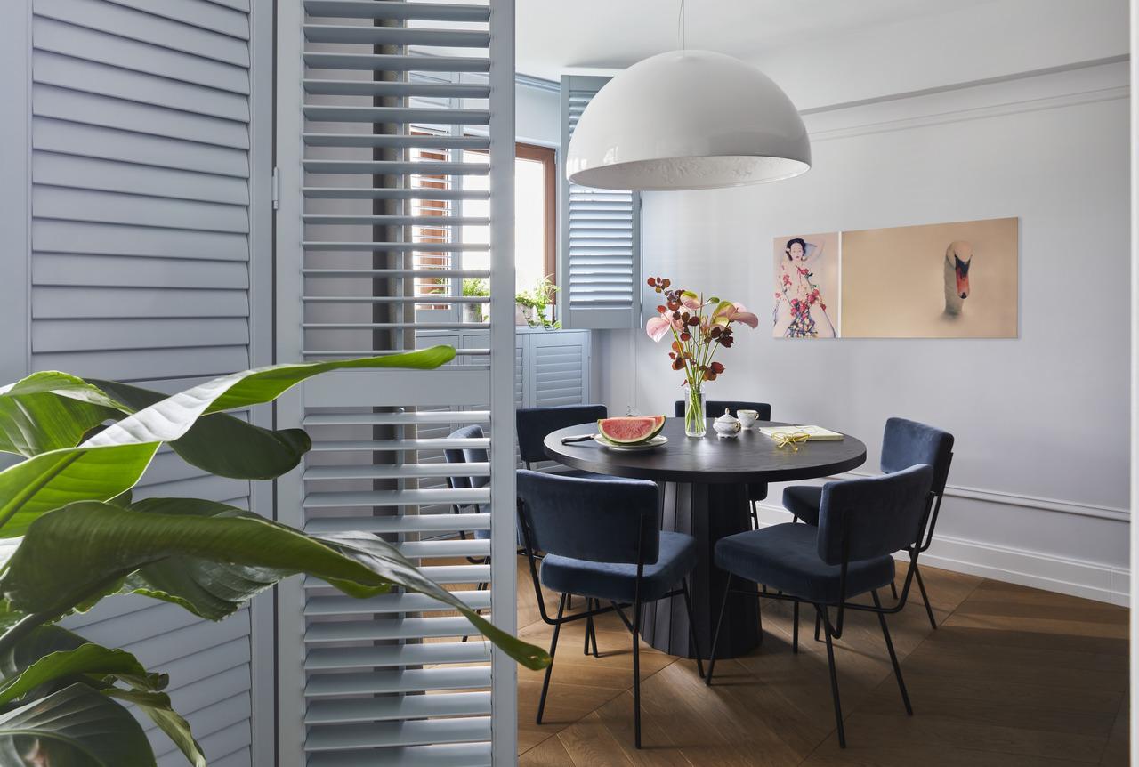 Elegancki apartament w kolorze burzowego błękitu | Proj: Anna Koszela