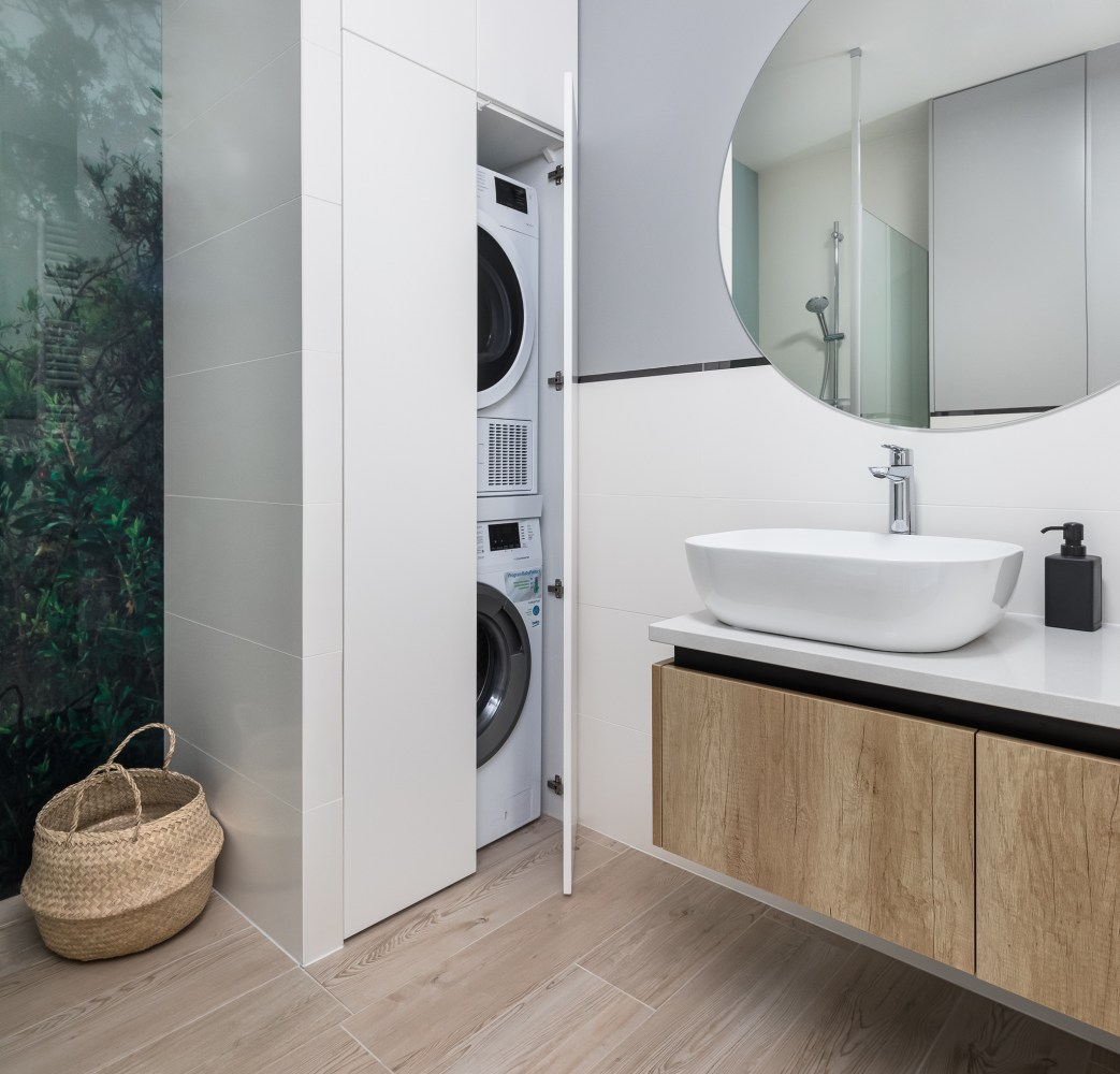 łazienka z pralką i prysznicem