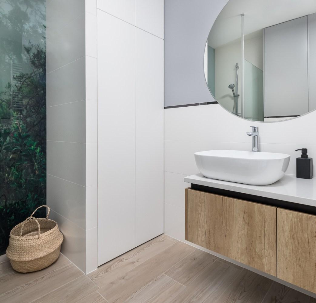 Łazienka z pralką i prysznicem   proj. Innerium
