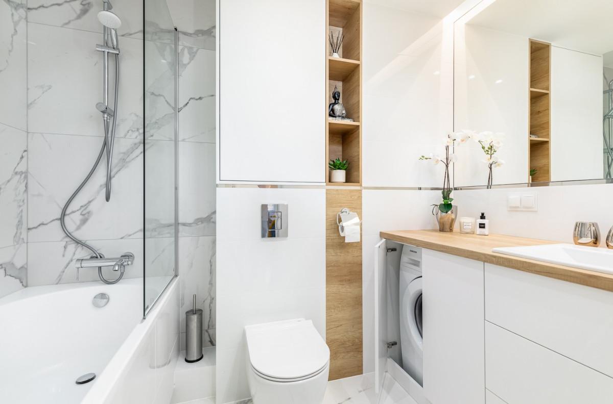 mała łazienka z pralką