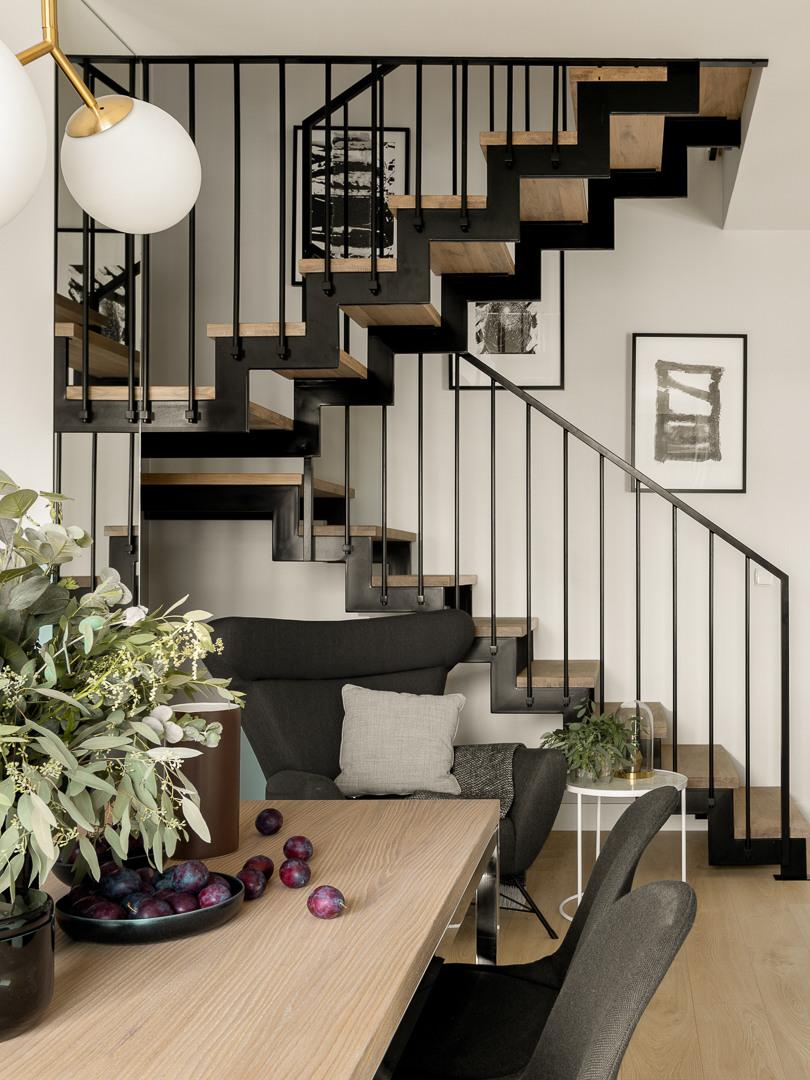 Salon z klatką schodową | proj. Studio Karton, zdj. Aleksandra Dermont