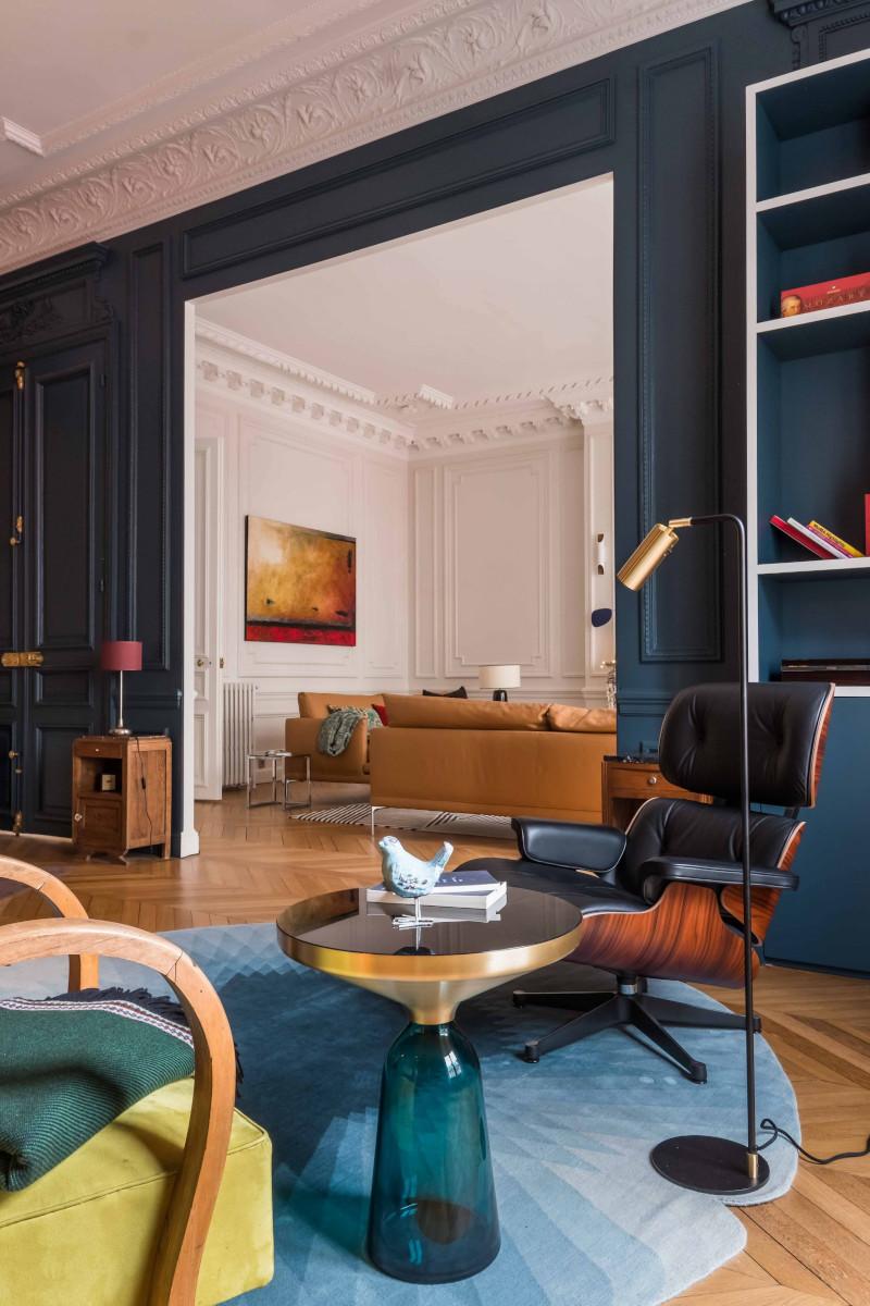 Aranżacja eleganckiego salonu w klimacie paryskiej kamienicy