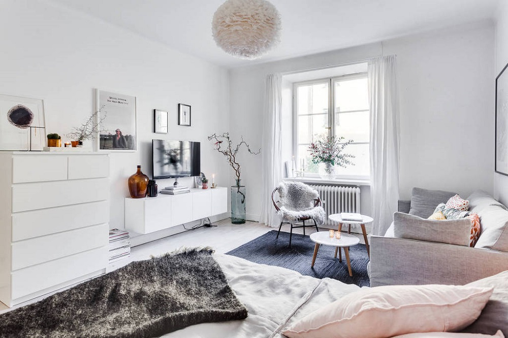 Biel ścian to idealna propozycja dla małych mieszkań