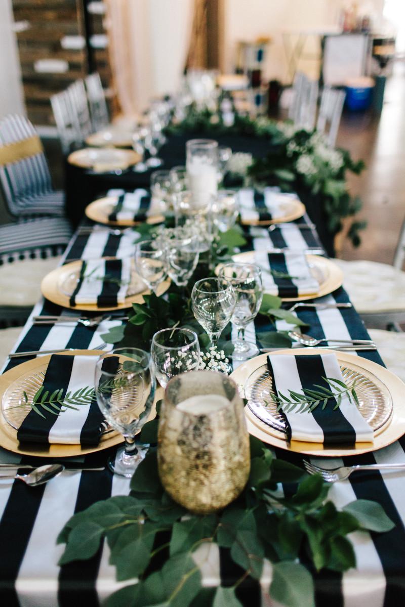 Nakrywając stół możemy wykorzystać modny tropikalny motyw