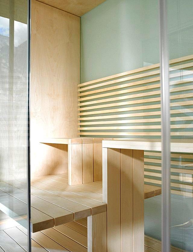 Wnętrze-sauny-Inipi-drewniane-siedzisko-i-podest