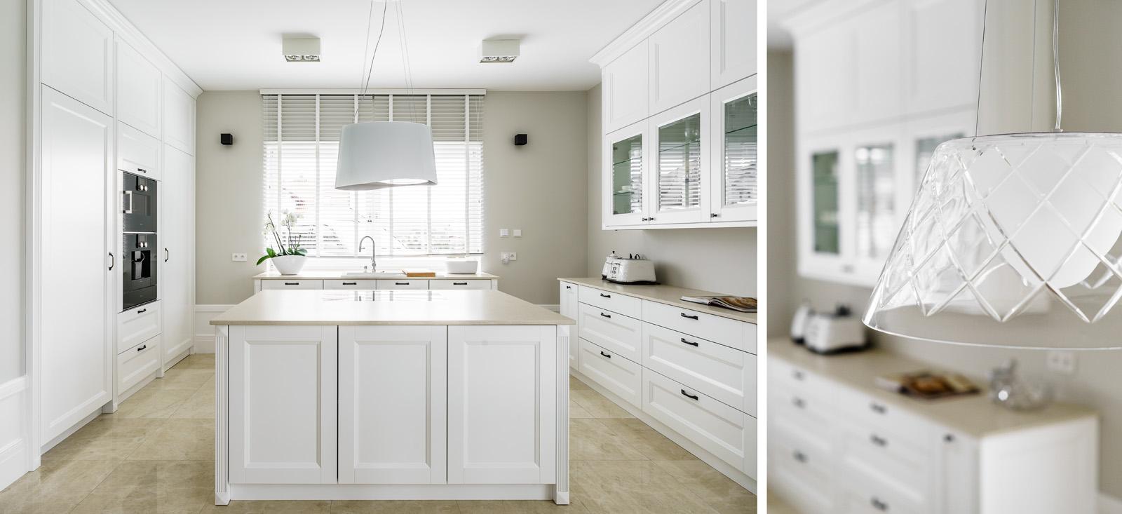 Beżowe płytki na podłodze w kuchni w stylu klasycystycznym | proj. Fabryka wnętrz