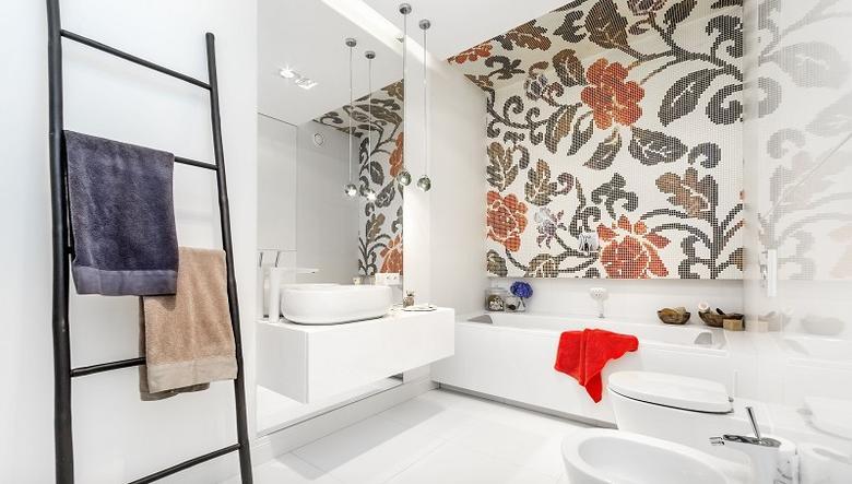 Trendy w aranżacji płytek w łazience | na zdjęciu mozaika Bisazza