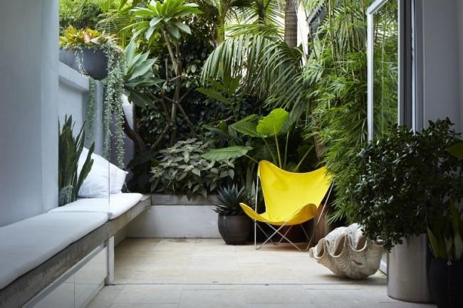 Butterfly chair w ogrodzie | źródło: visitedeco.com