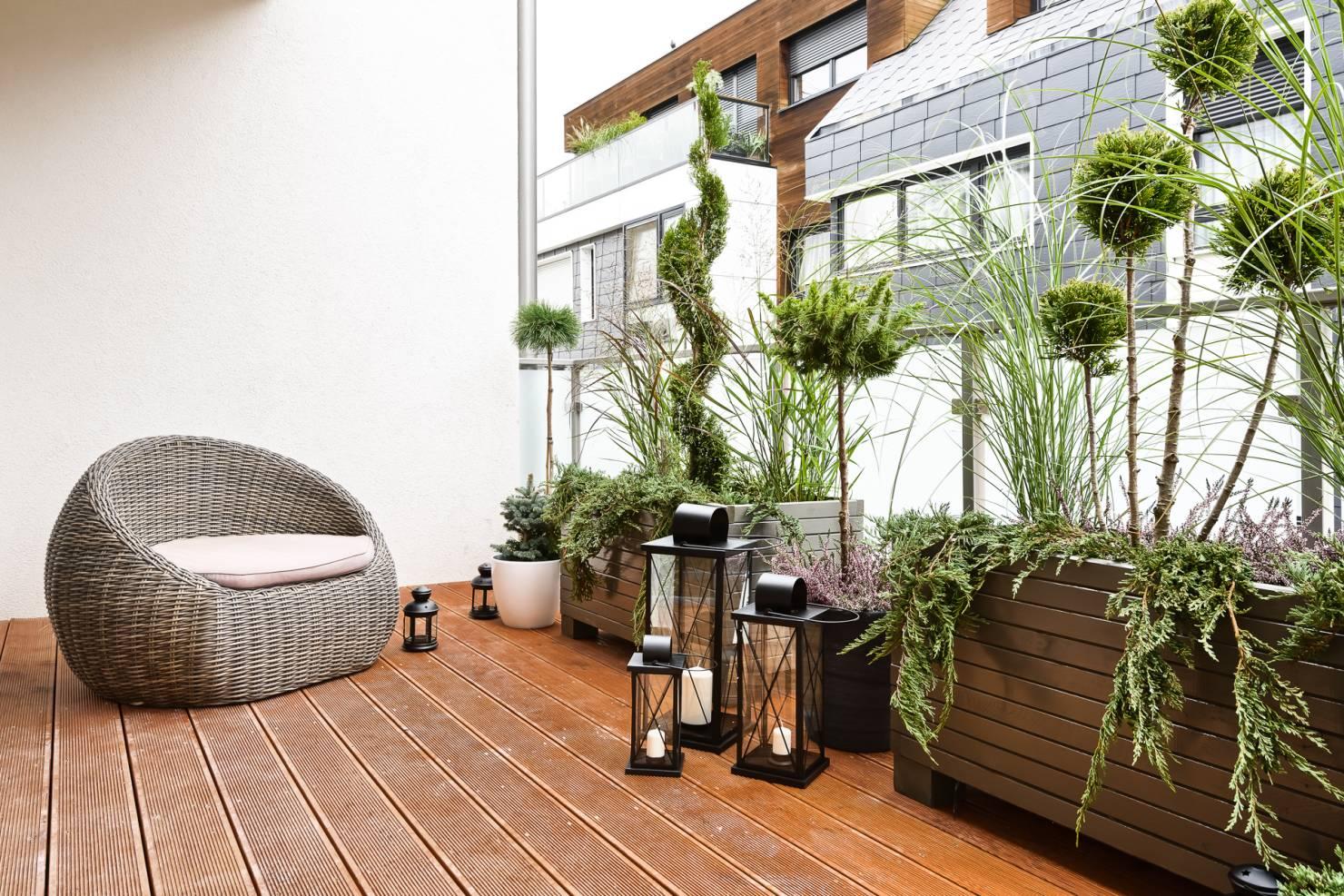 Latarenki i lampiony to źródło naturalne światła na balkonie i przy tym bardzo stylowe