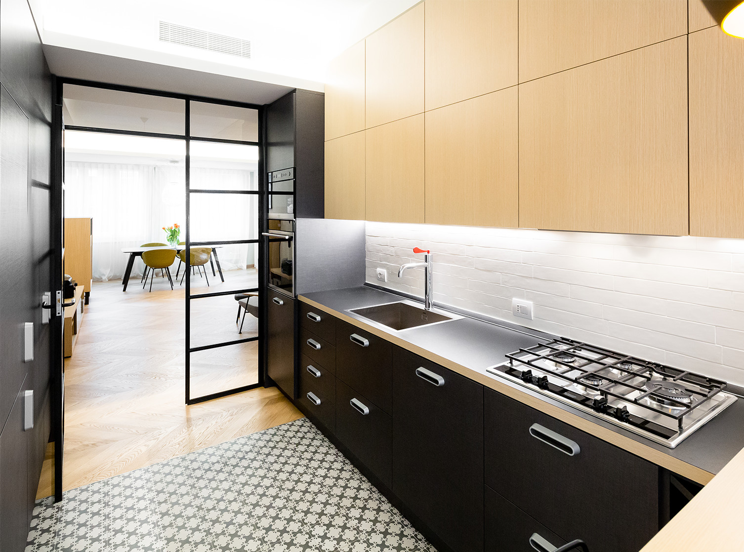Wzorzyste płytki na podłogę w kuchni