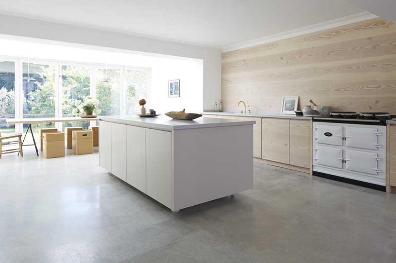 Biało - drewniana kuchnia |  źródło: http://blakeslondon.com/